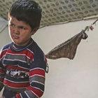 Suriyeli anne engelli oğlunu kaybolmaması için iple bağlıyor