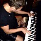 Mert piyano çalarken Miley...