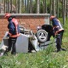 Sakarya'da otomobil bahçe duvara çarpıp ikiye bölündü