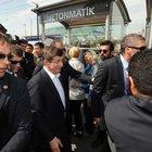 Başbakan Ahmet Davutoğlu Galata Köprüsü'nde yürüdü, kestane dağıttı