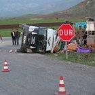 İşçileri taşıyan minibüs devrildi