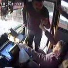 Hareket halindeki otobüsün şoförüne yumruklu saldırı