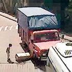 Kolinin içine girip yuvarlanırken kamyonet ezdi