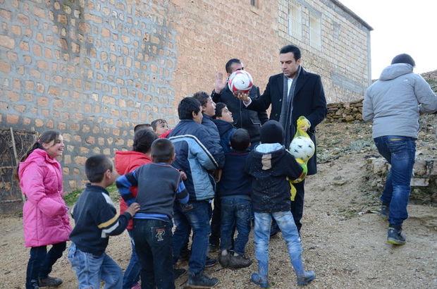 Berdan Mardini tüm köy çocuklarını toplayarak onlara hediye dağıttı