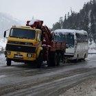 Antalya karayolunda araçlar yoğun kar yağışı nedeniyle yolda kaldı!