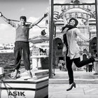Bekir Aysan, İstanbul'da karşılaştığı insanlardan zıplamasını isteyerek onları fotoğrafladı