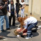 Yerde sürüklendi, yaralandı, çantasını kaptırmadı