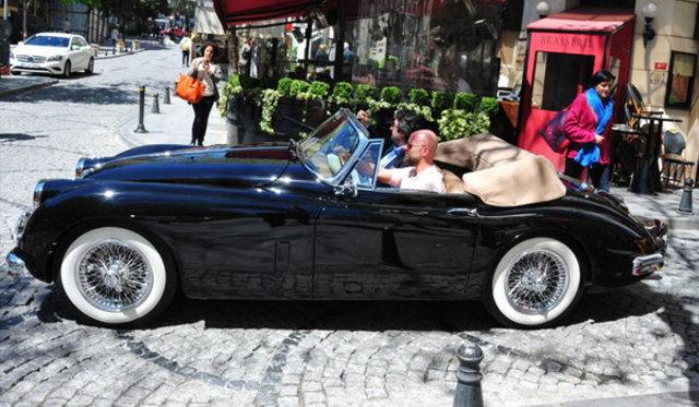 İzzet Özilhan, önceki gün Nişantaşı'nda klasik otomobiliyle objektiflere yansıdı.