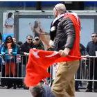 Türk bayrağını kurtaran genç kahraman oldu