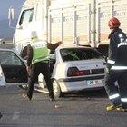 Askeri personelin bulunduğu otomobil kamyonla çarpıştı