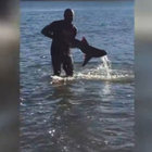 Çıplak elleriyle bakın nasıl balık yakaladı!