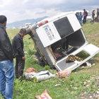Hakkari'de lastiğinin patlaması sonucu kontrolden çıkan  minibüs şarampole yuvarlandı