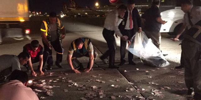 Atatürk Havalimanı'nda para torbası patladı, paralar aprona saçıldı