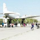 Kanadı tramplen olan uçak taşınıyor
