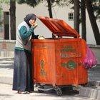 Çöpten karnını doyuran Suriyeli kadın mizansen çıktı