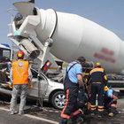 Aksaray'da, aniden u dönüşü yapan araç, beton mikserine çarptı