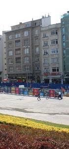 Taksim'de beton kaplı olan zemine parke taşı döşeniyor