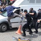 Mursi protestosunda polise 'uçan tekme'