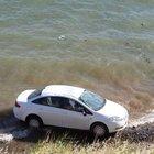Foça'da bir araba 30 metre yükseklikten denize düştü