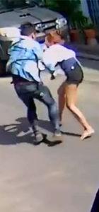Güpegündüz sokak ortasında defalarca bıçaklandı