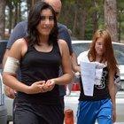 Yurttan kaçmaya çalışan kızın koluna demir korkuluk battı