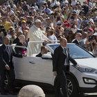 Papa, halkı yeni otomobiliyle selamladı