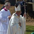 Papa'nın kırılan asası bant ile yapıştırıldı
