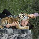ABD'li fotoğraf sanatçısı kızını vahşi hayvanlarla büyüttü!