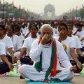 Ülkenin Başbakan'ı 35 bin kişiyle yoga yaptı