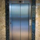 Dikkat! Kırmızı etiketli asansöre binmeyin