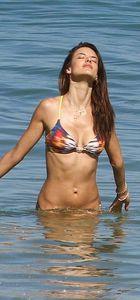 Alessandra Ambrosio sahile koştu
