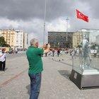 Taksim'e konulan Atatürk heykeline yoğun ilgi
