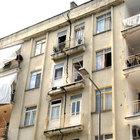 İkiye ayrılmış 4 katlı apartmanda yaşıyorlar