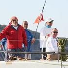 Mustafa Koç, yelkenlisiyle adeta dalgalarla dans etti