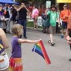 7 yaşındaki kızdan cesur protesto!