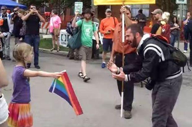 ABD'de 7 yaşındaki bir kız çocuğu homofobik vaaz veren bir adamın karşısında gökkuşağı bayrağı açtı. Yoldan geçenlerse küçük kızı kutladı