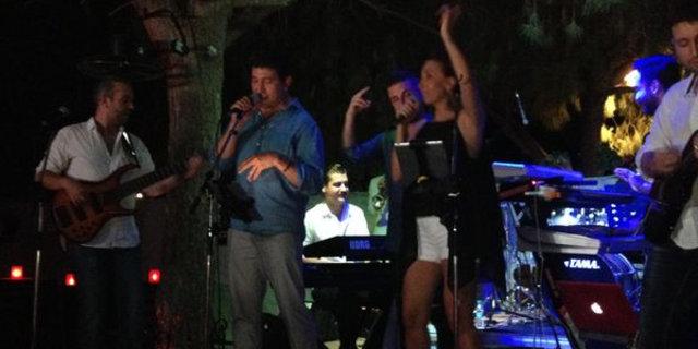 Emre Kınay şarkı söyledi