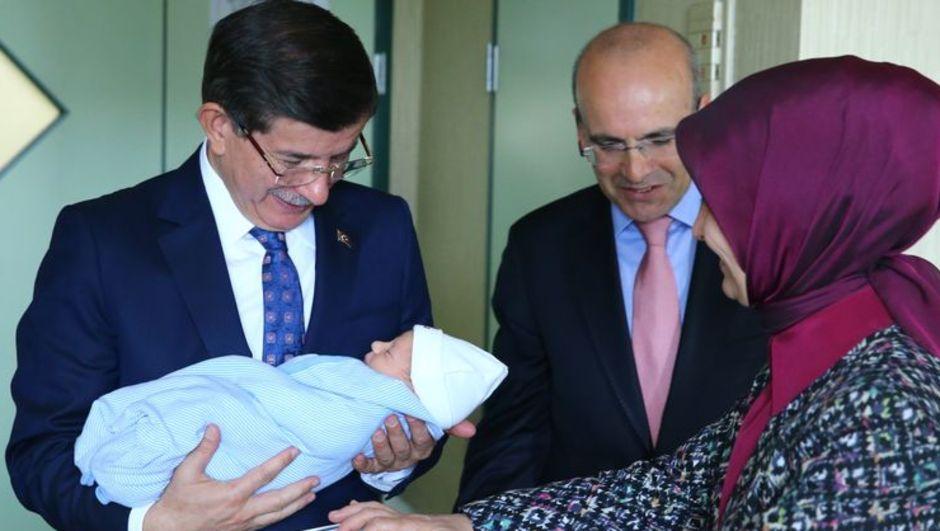 Davutoğlu çifti hastanede Mehmet Şimşek ve eşini ziyaret etti