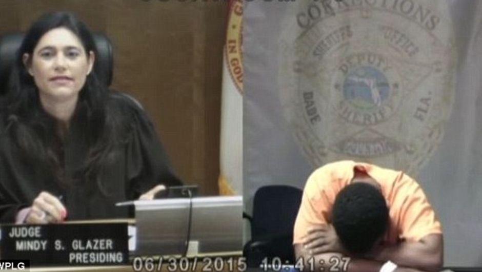 ABD'nin Miami kentinde hırsızlıkla tutuklanan Arthur Booth'un davasına bakan yargıç, ortaokul arkadaşı çıktı