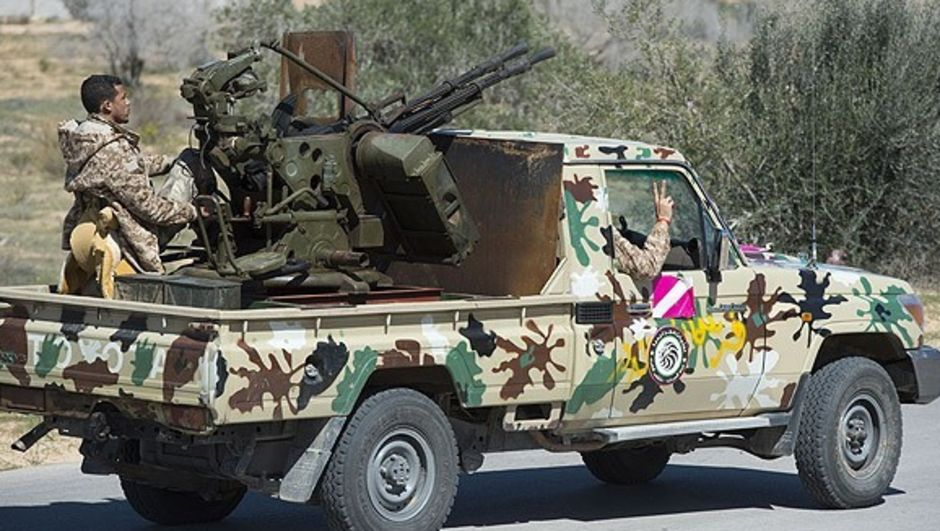 Libya'da silahlı grup ile ordu birlikleri arasında çıkan çatışmada 5 asker öldü, 27'si yaralandı.