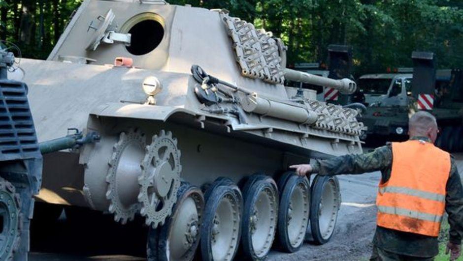 Almanya'da Heikendorf kasabasında 78 yaşındaki bir adamın evinin mahzeninde Panther isimli tank bulundu