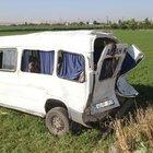 Karaman'da işçi servisi kamyona çarptı: 17 yaralı