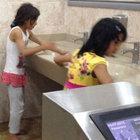 Suriyeli çocuklara tuvalet temizliği!