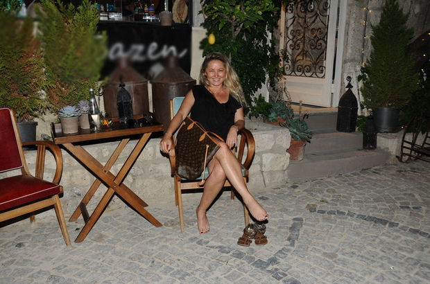 Pınar Aylin yalınayak