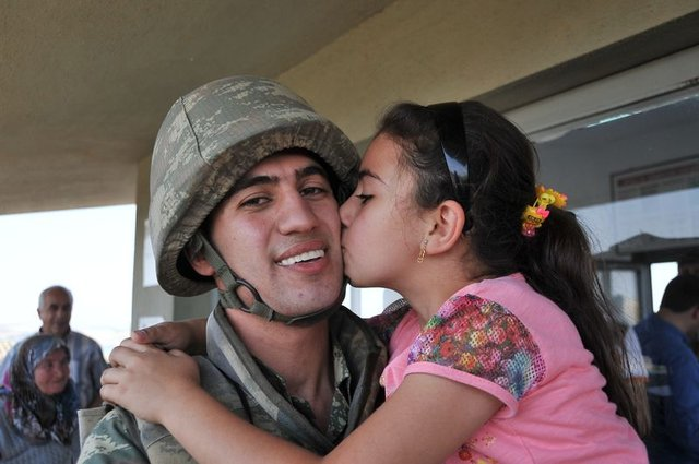 3. Hudut Tabur Komutanlığında vatani görevini yapan iki asker aileleriyle buluşturdu