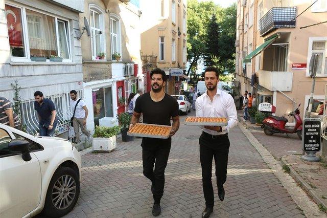 Burak Özçivit ve Murat Boz vatandaşlara baklava ikram etti
