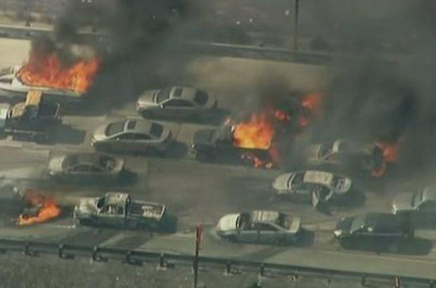 ABD'nin California eyaletinde bulunan bir otoyolda çıkan yangında en az 20 araç hasar görürken, sürücüler panik içinde araçlarını bırakarak kaçtı