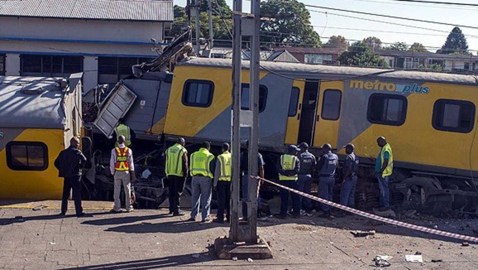 Güney Afrika'nın en büyük kenti Johannesburg'un güneyinde iki trenin çarpışması sonucu 239 kişi yaralandı