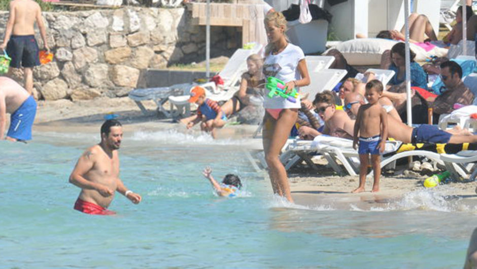 Emre Altuğ-Çağla Şıkel çifti bayramın ilk gününde çocukları için Çeşme'de bir araya geldi.