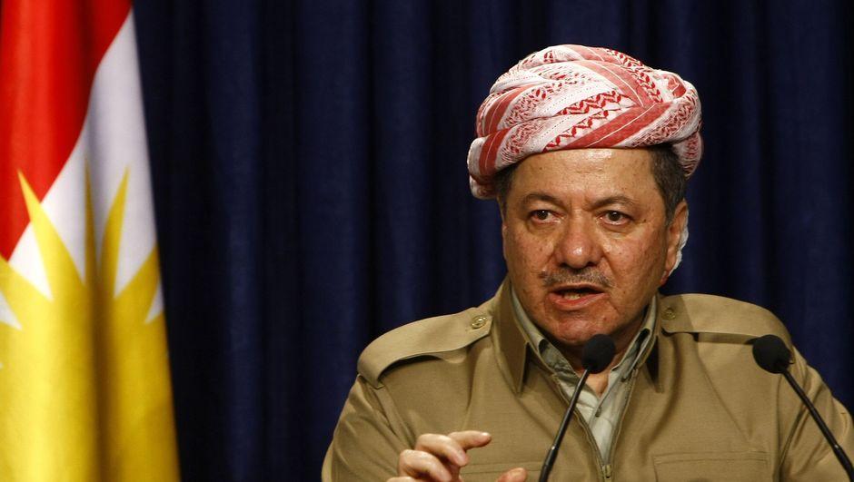 Kuzey Irak Bölgesel Kürt Yönetimi Başkanı Mesut Barzani, Peşmergeleri 'Başkomutan' sıfatıyla denetlerken,